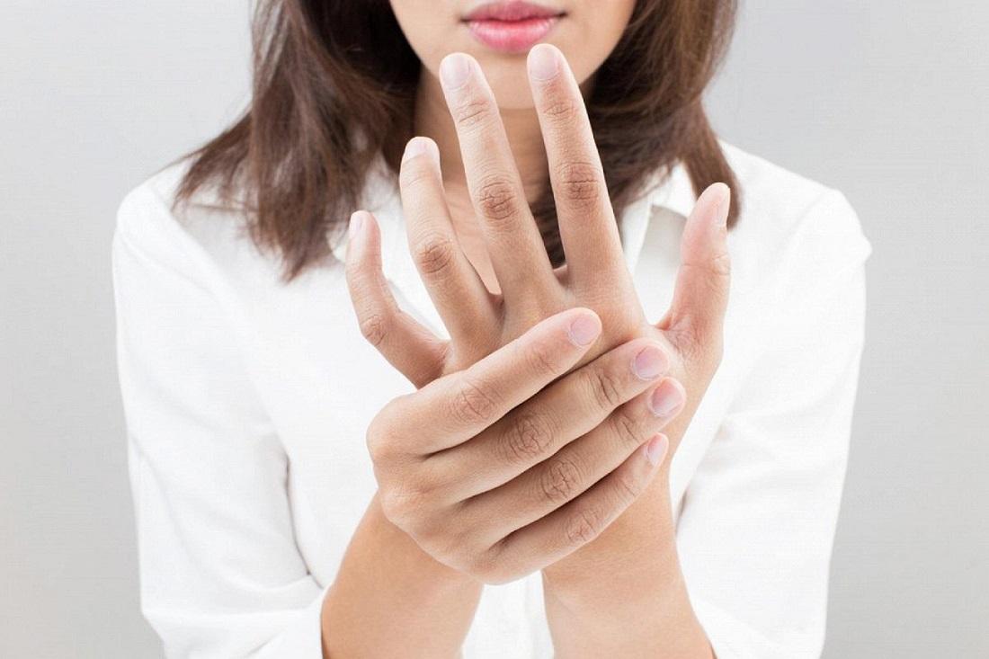 К чему чешется указательный палец на правой или левой руке: толкование приметы для мужчин и женщин