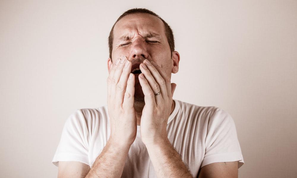 фото чихающего человека