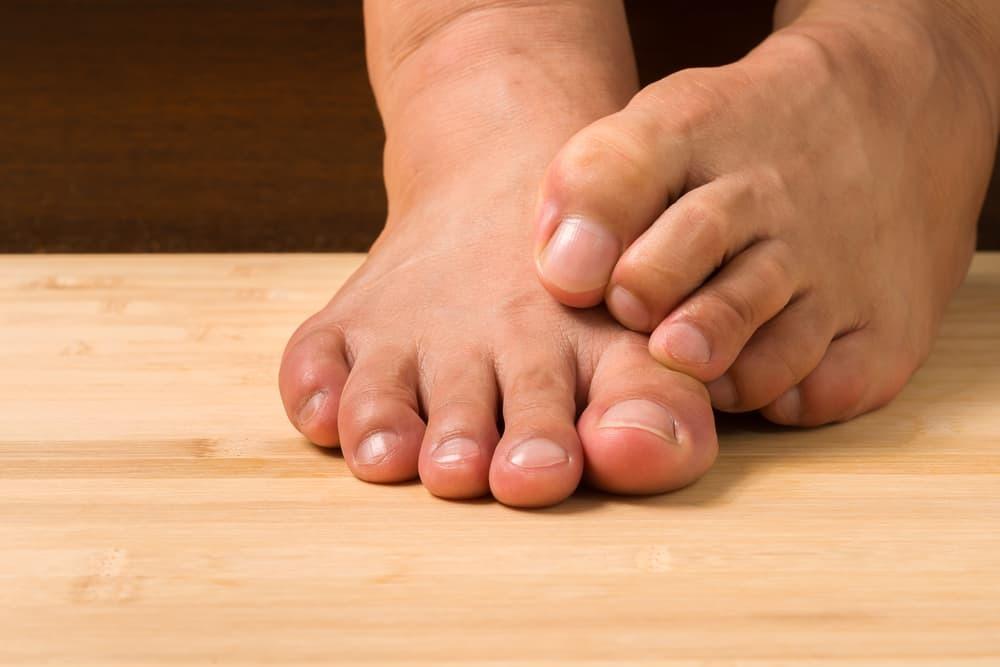 Почему чешется большой палец на ноге
