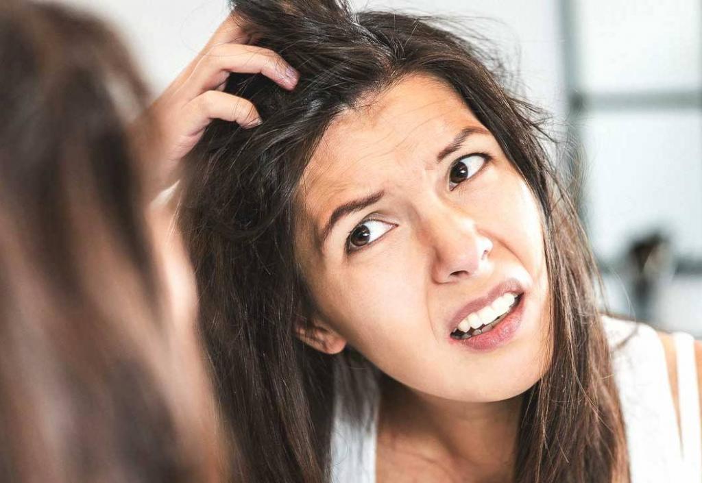 К чему чешется голова у мужчин и женщин, толкование приметы по месту положения зуда