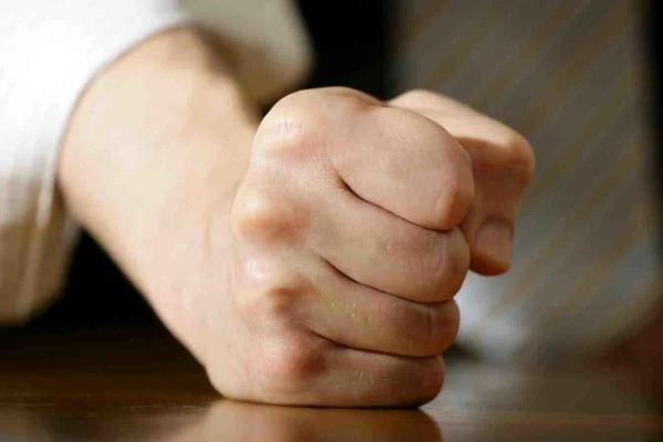 К чему чешется левый или правый кулак