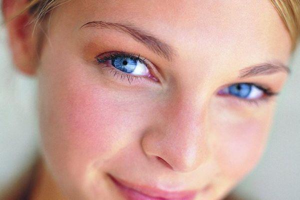 Почему горят щеки: примета