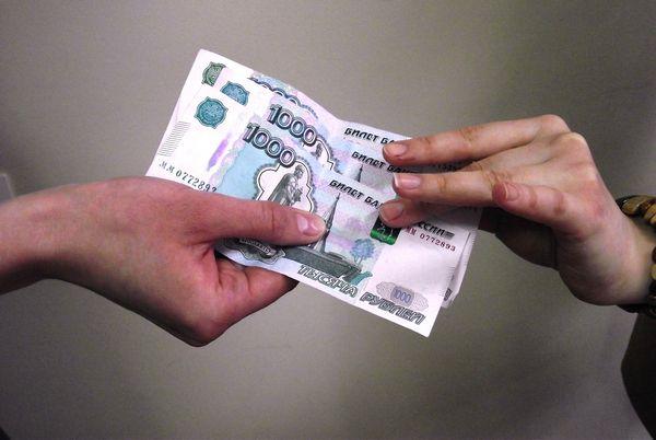 какой рукой отдавать долг деньги