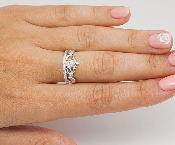 кольцо на среднем пальце правой руки у женщины означает
