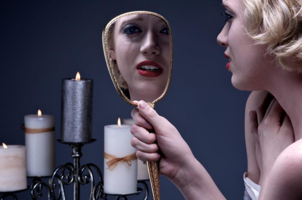 Можно ли смотреть в зеркало когда плачешь