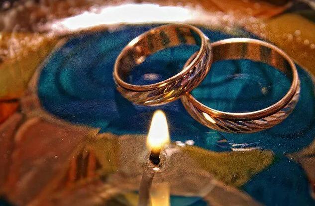 Гадание на обручальном кольце в домашних условиях