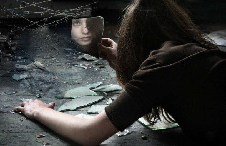 Почему нельзя смотреть в разбитое зеркало и что будет
